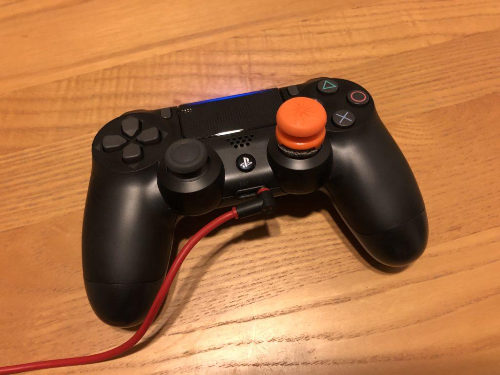 PS4コントローラーの「PSボタン」を長押しします。 ※右スティックと左スティックの真ん中にあるのが「PSボタン」