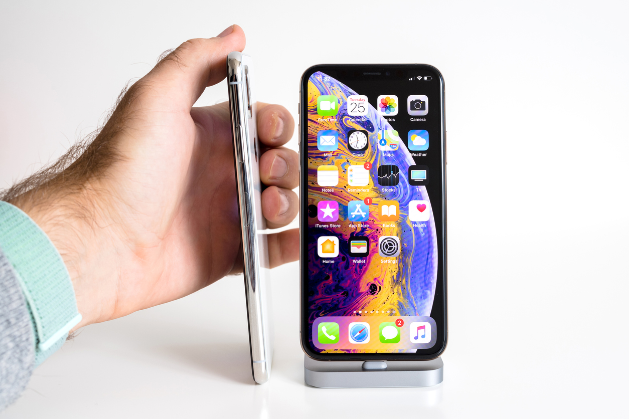 Apple iPhone Xs Max Gold Silver Smartphone thickness