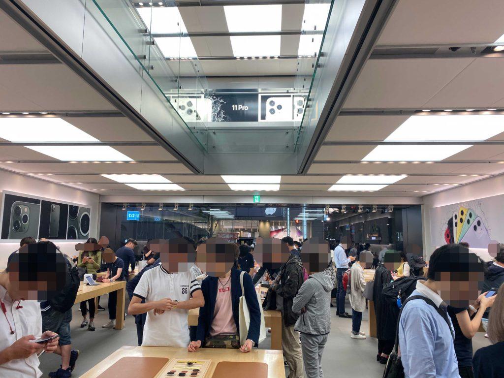 出所:SMATU.netにて撮影 購入した当日のApple銀座の店内.平日にもかかわらず,非常に多くの人が製品を手にとっていました.