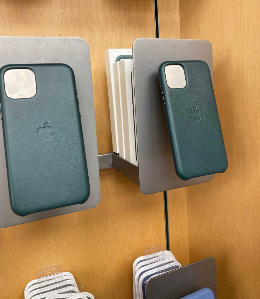 出所:SMATU.netにて撮影 iPhone純正レザーケースの『フォレストグリーン』.いい色を出しています.