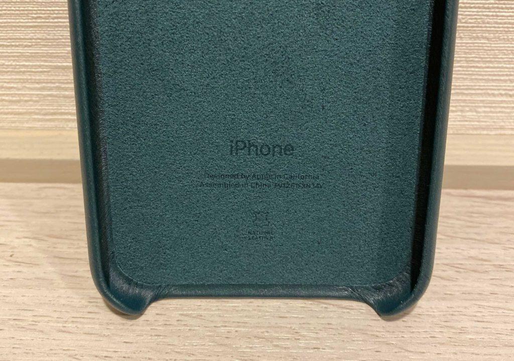 出所:SMATU.net ケースの裏側にもiPhoneと,お馴染みの文字が.