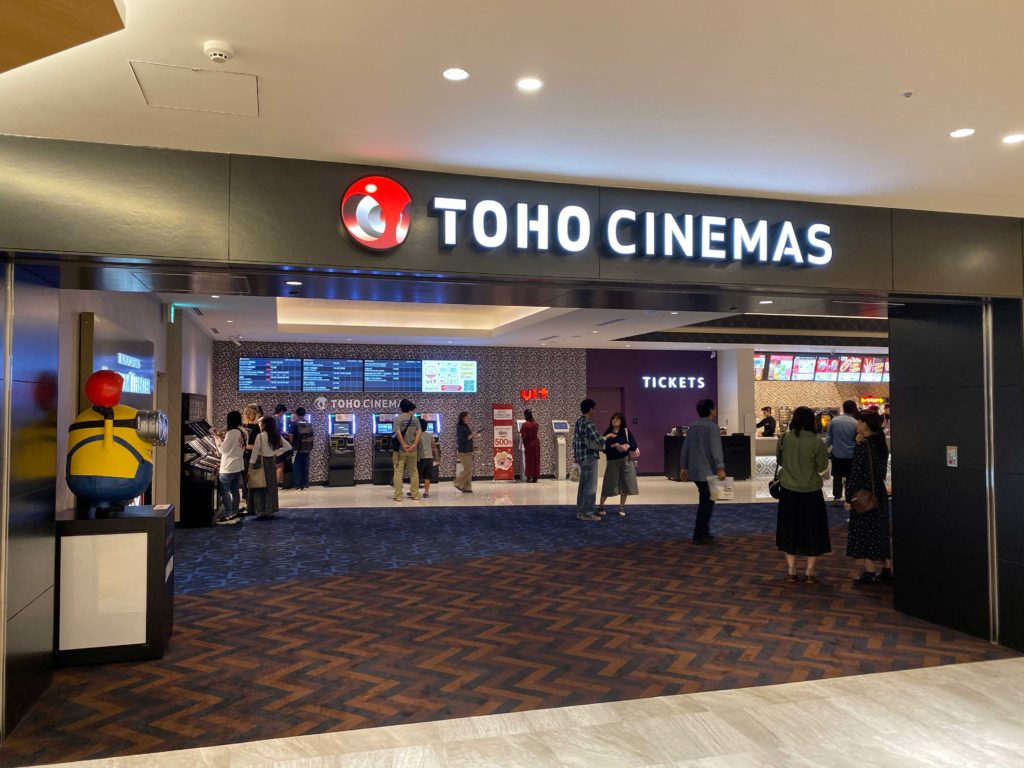 出所:SMATU.net TOHO CINEMAS,ここは確か最新設備の映画館だったような.(両サイドもスクリーンになっている映画館)
