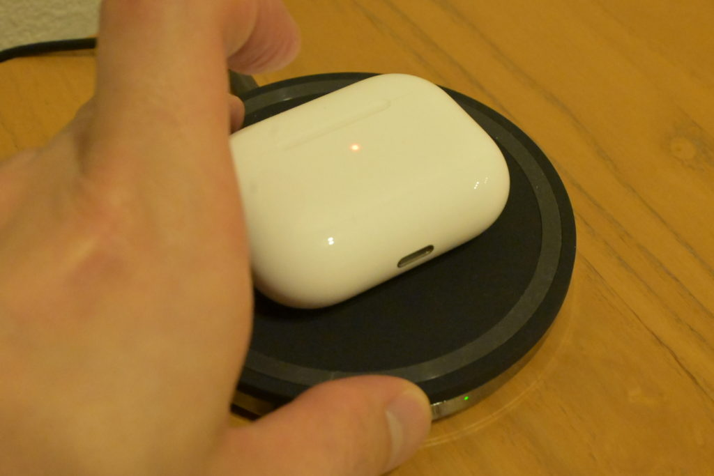 出所 : SMATU.netにて撮影 ワイヤレス充電中のケースをタップすると,充電状態を示すランプが光る仕様になっています.