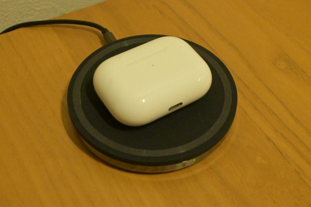 出所 : SMATU.netにて撮影 ワイヤレス充電中のAirPodsは,ケースを見ただけでは充電状態を確認することができません.