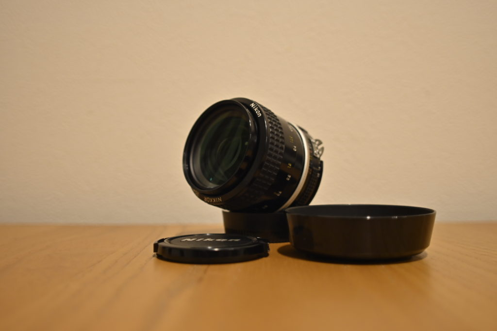 出所:SMATU.netにて撮影 ニコン純正のフードが付いた,状態の良いレンズを入手することができました.