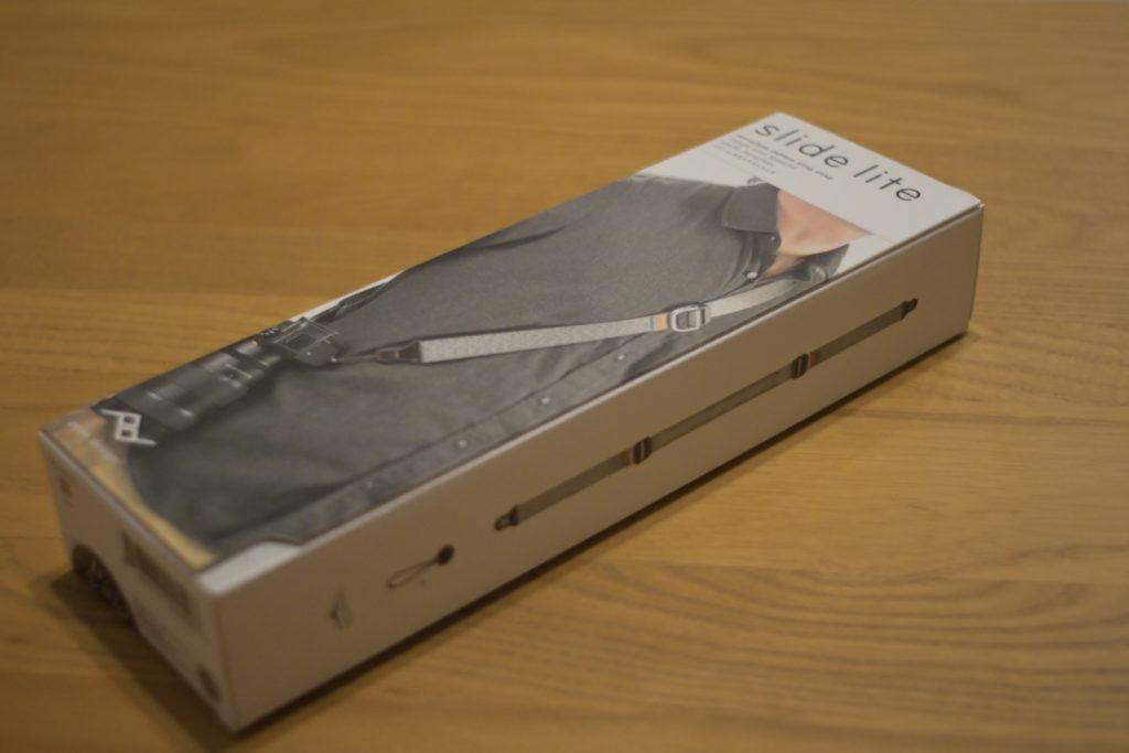 Peakdesign-slidelite-mirrorless-camera-sling-strap-bundled-items-1出所 : SMATU.netにて撮影 パッケージの正面.購入したのは「アッシュ / ash」というカラーです. 他にもブラックがあり,2色で展開されています.