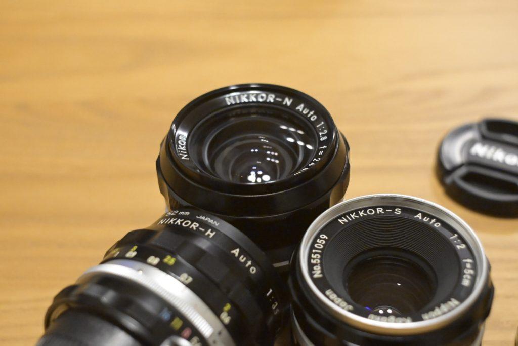 出所:SMATU.netにて撮影 Nikonのオールドレンズには,「NIKKOR」の文字の後にアルファベットが刻印されています.