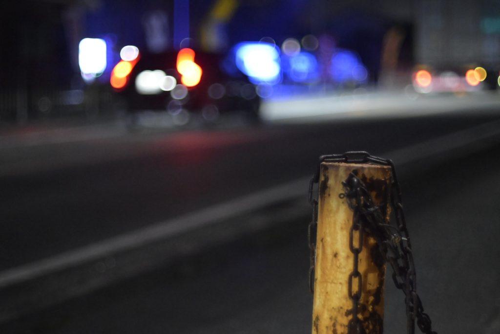 夜の暗い道路.開放で撮ると車のライトで結構明るく写るレンズです.