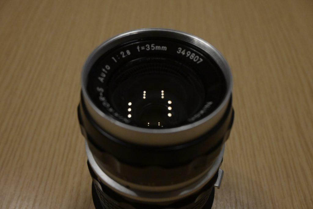 出所 : SMATU.net Nikonのオールドレンズ.『f=35mm』と記載があります. これは35mmの単焦点レンズであることを示しています.