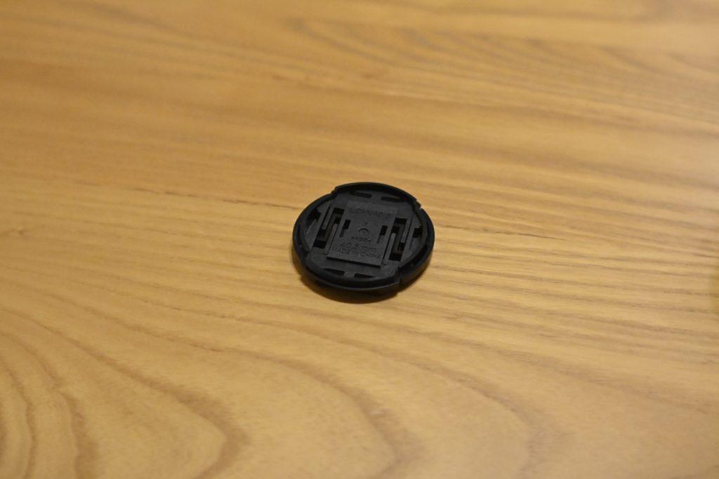 今回装着しているのは,ニコン純正の40.5mmのレンズキャップ.