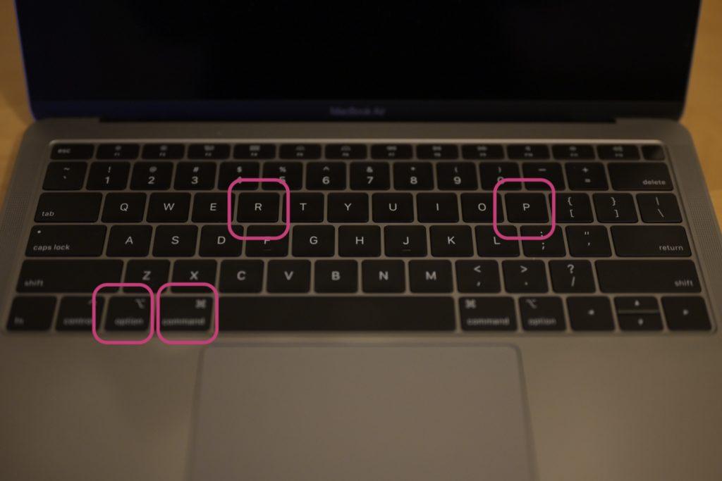 電源オンしてすぐ「option」「command」「P」「R」4つのキーを同時押し,押したまま20秒後にキーから手を離す.