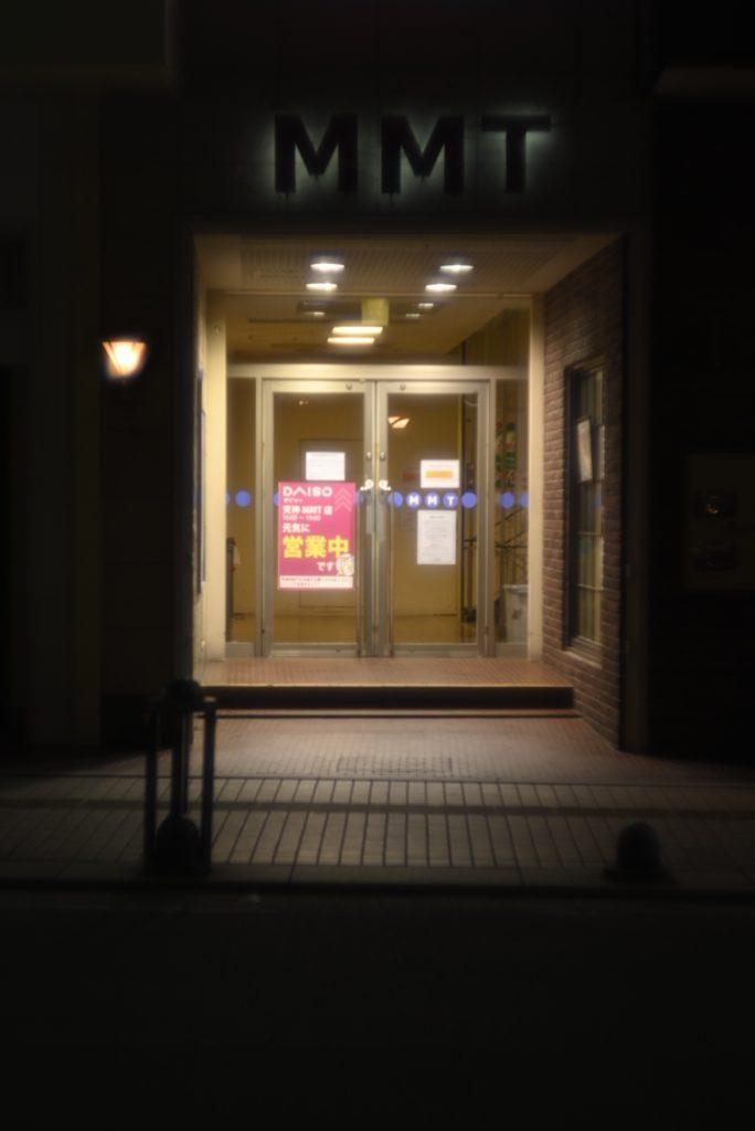 店舗横の入口も,人通り無く閑散と.