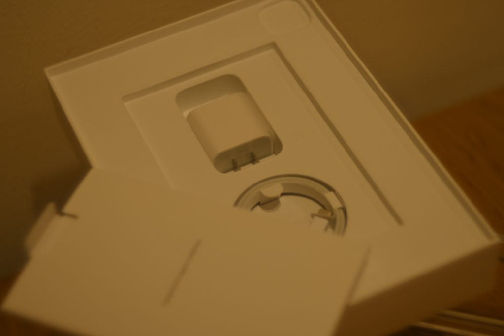 iPad Pro 2020モデルには「USB-C充電ケーブル(1m)」「18W USB-C電源アダプタ」(SIMピン)が同梱されます.