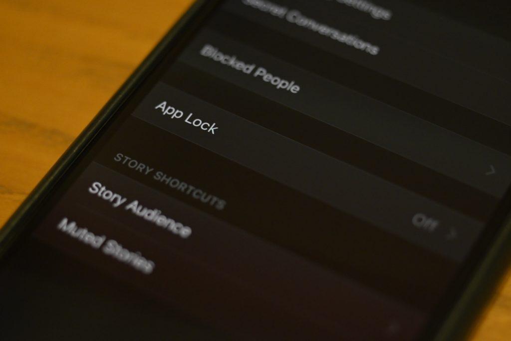「プライバシー」の中にある「App Lock」という項目をタップすると設定可能.