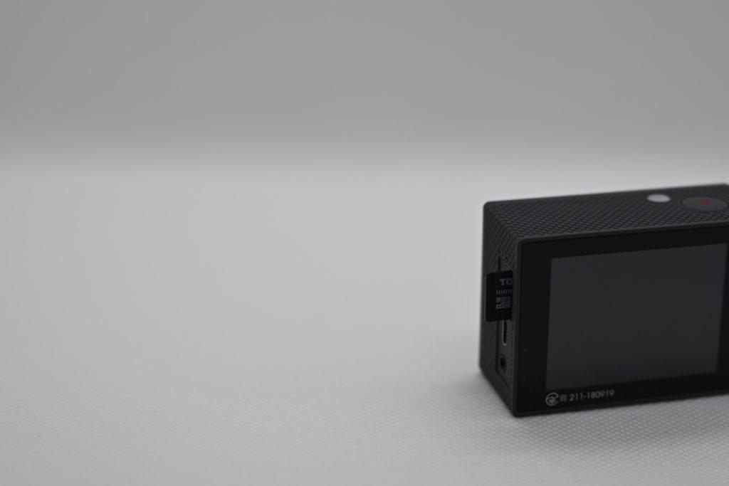 マイクロSDカードはこの方向で差し込む.カードの端子側がレンズ(カメラ前面)側にくるように差し込む.