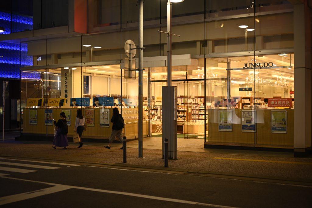 最近移転オープンしたジュンク堂書店(福岡),Appleも近いし良いエリア.