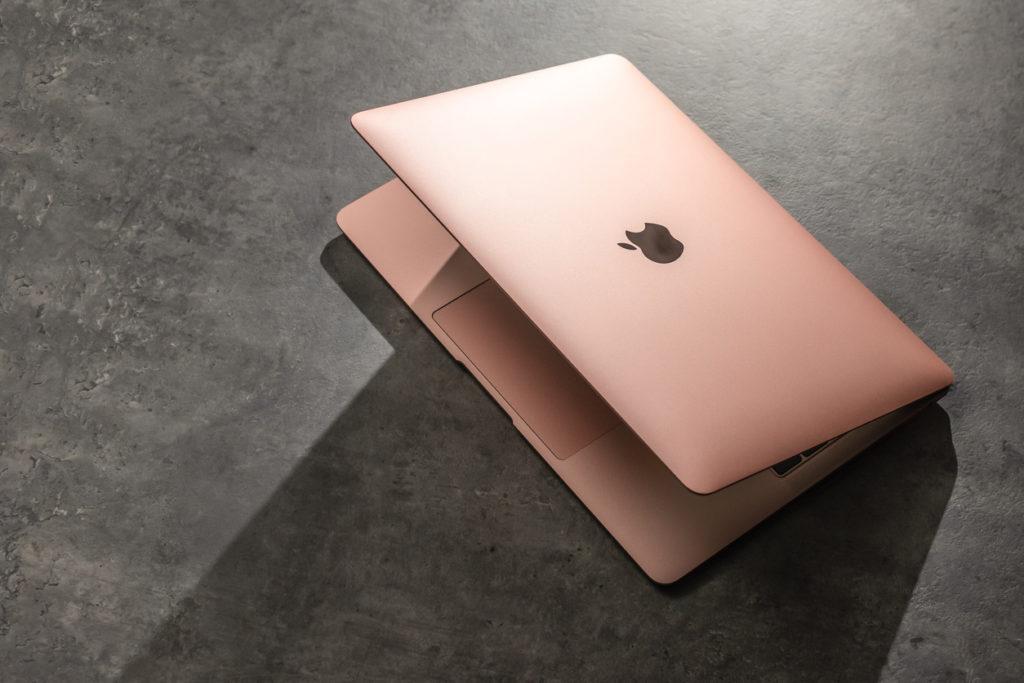 Photo : iStock by Getty Images: フルモデルチェンジしたMacBook Air,カラーも豊富に.