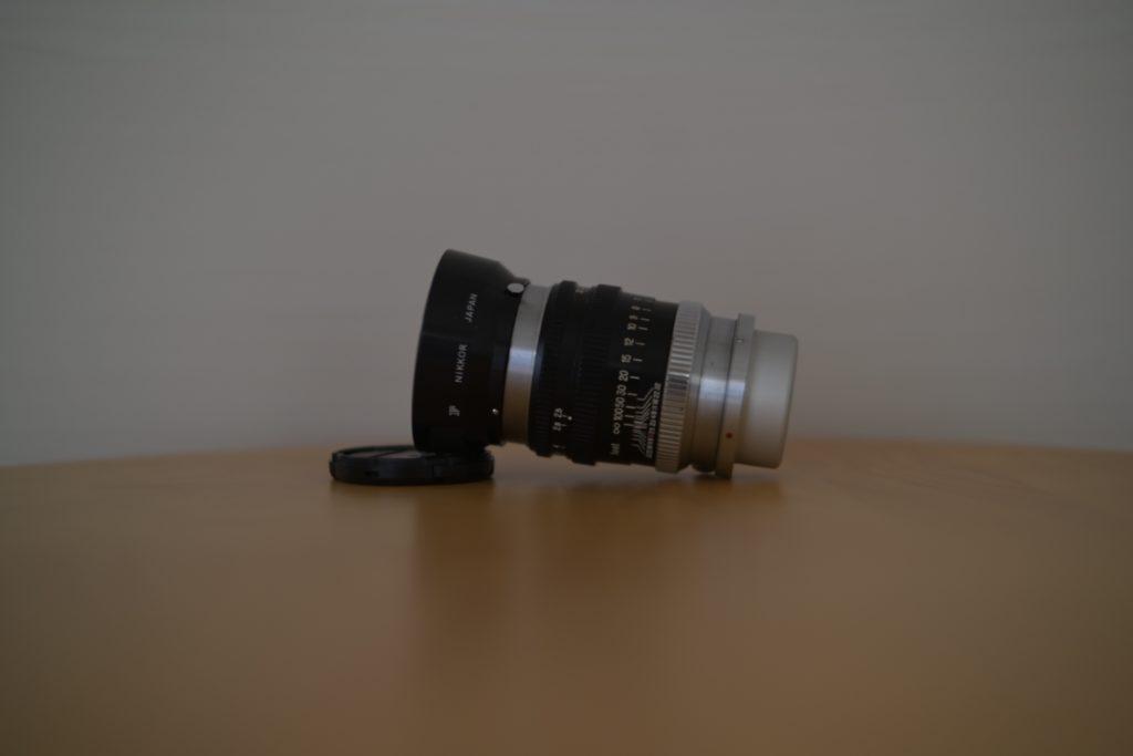 『NIKKOR-P・C 10.5cm F2.5』の外観(横),付属品ではない純正フードを装着.