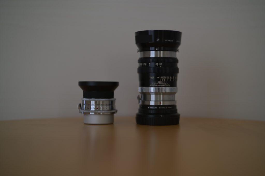 左は同じくNikonSマウントの『W NIKKOR C 3.5cm f/2.5』,右はマウントアダプターとフードを付けている『NIKKOR-P・C 10.5cm F2.5』.