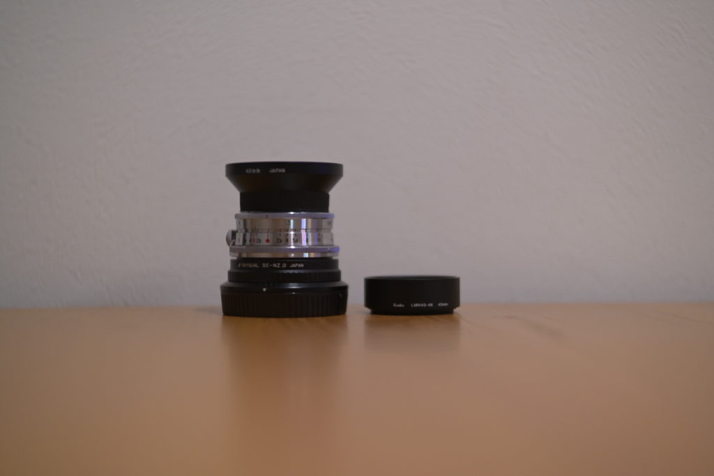 (右側のhood)『Kenko レンズフード レンズメタルフード LMH43-46 BK 43mmアルミ製』は,ケラレてしまい撮影に影響がでてしまった.