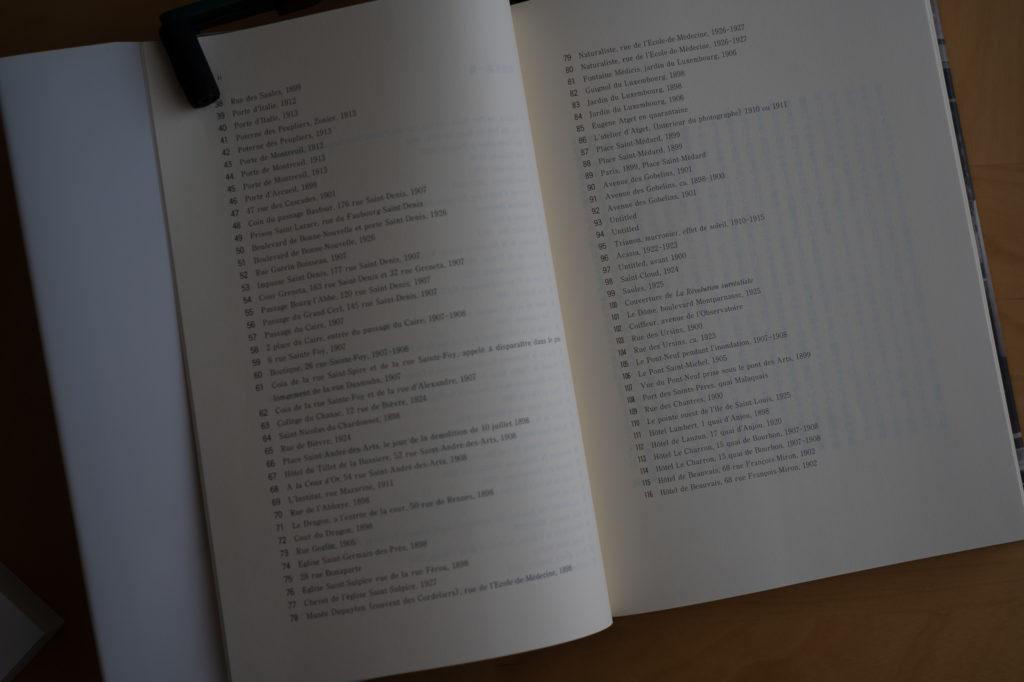 アジェのパリ【新装版】には,100を超える図版が添えられている. これらの写真を眺めるだけでも楽しめる.