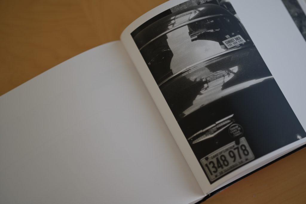 大胆な構図で撮影したフランクの有名な写真,個人的にも好きな一枚.